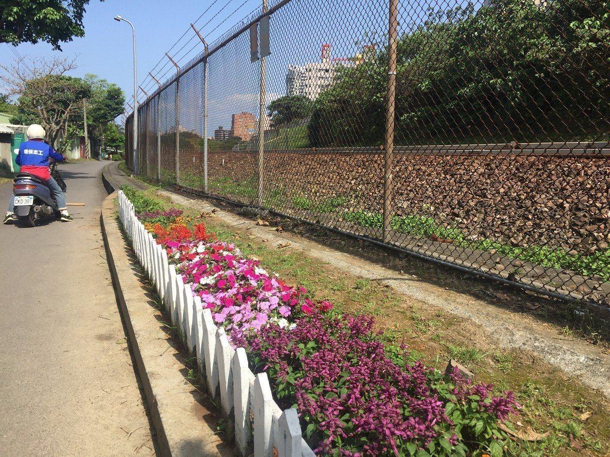 淡水區竿蓁里自行車道,原只是水泥鋪面,種滿了杜鵑還有桂花,要讓民眾經過這裡,在每...