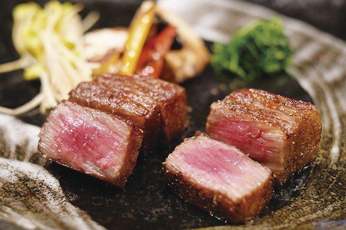 吃著肥沃土壤孕育的穀物,米澤牛油花豐厚與入口即化是最大特色。