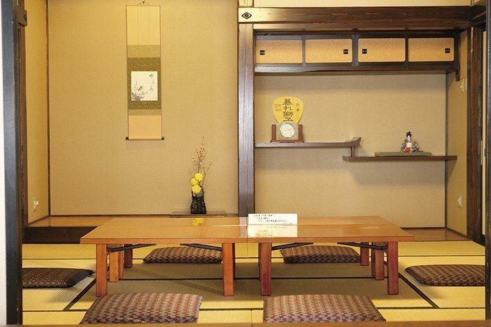室內更設置讓消費遊客休息品味鄉土風情的地方。