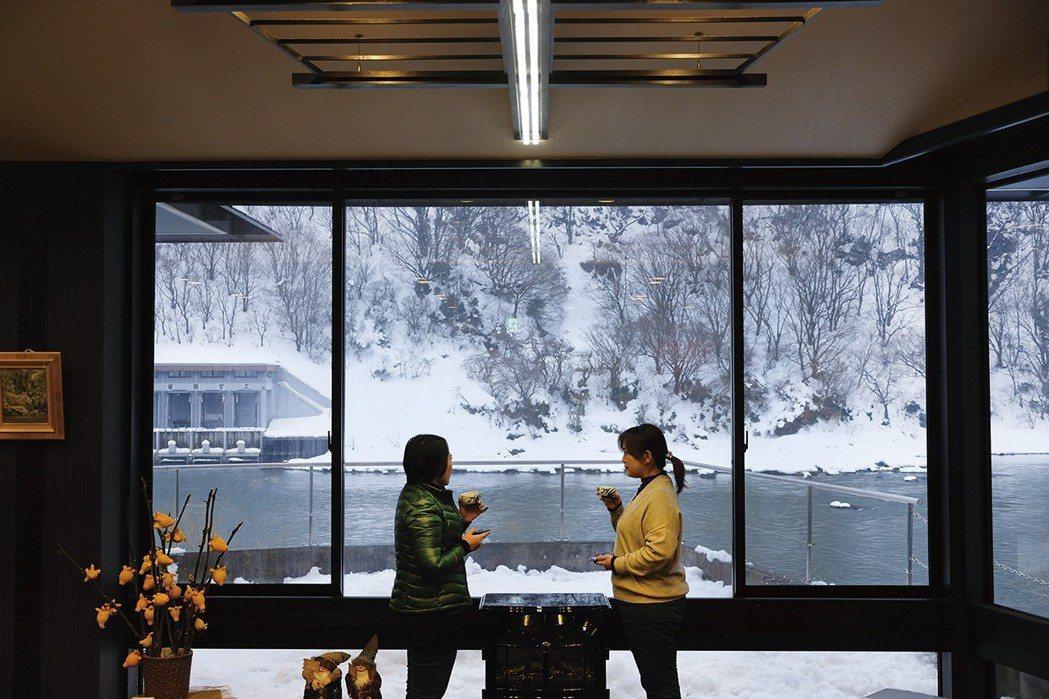 偌大玻璃窗把最上川的四季景色收入室內了。