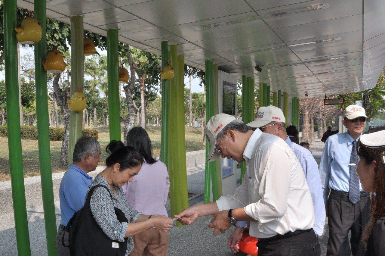 高雄市交通局今天在長庚醫院宣傳黃2公車4月1日通車訊息,吸引許多前往長庚就醫民眾...