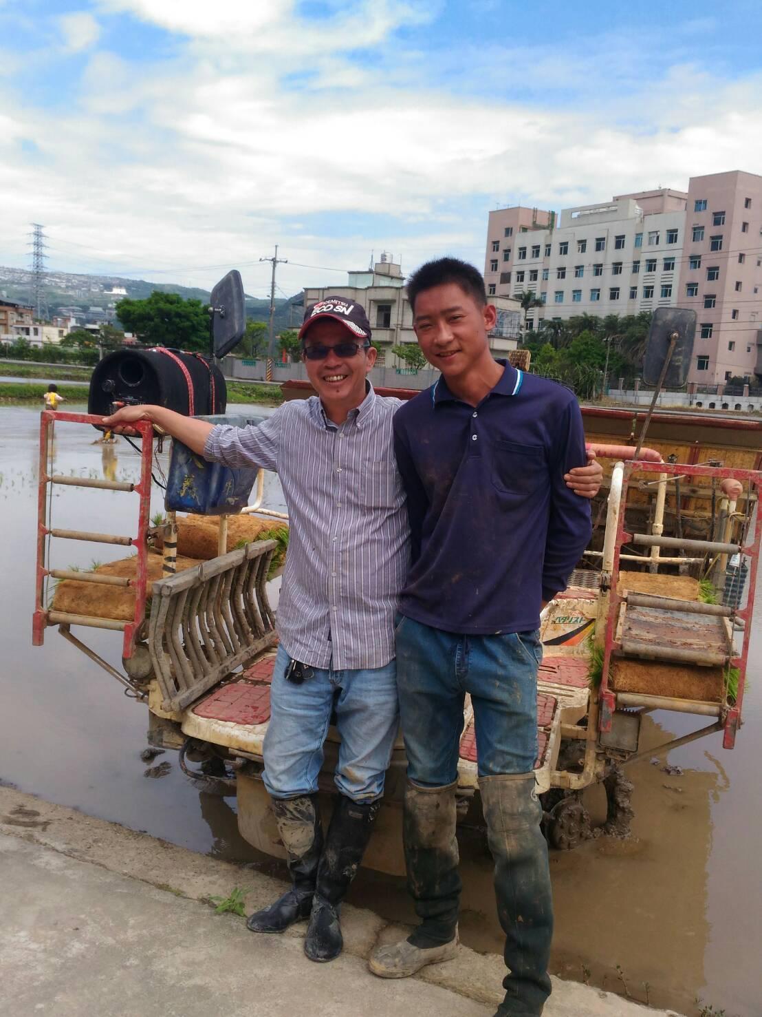 青農楊新基(左)耕作已20年。圖/新北市農業局提供