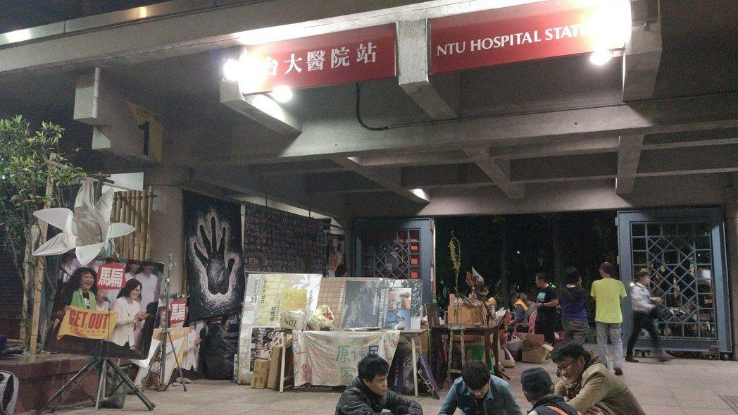 昨天收到拆遷的公文後,原民團體晚上仍駐紮在捷運站。記者林良齊/攝影