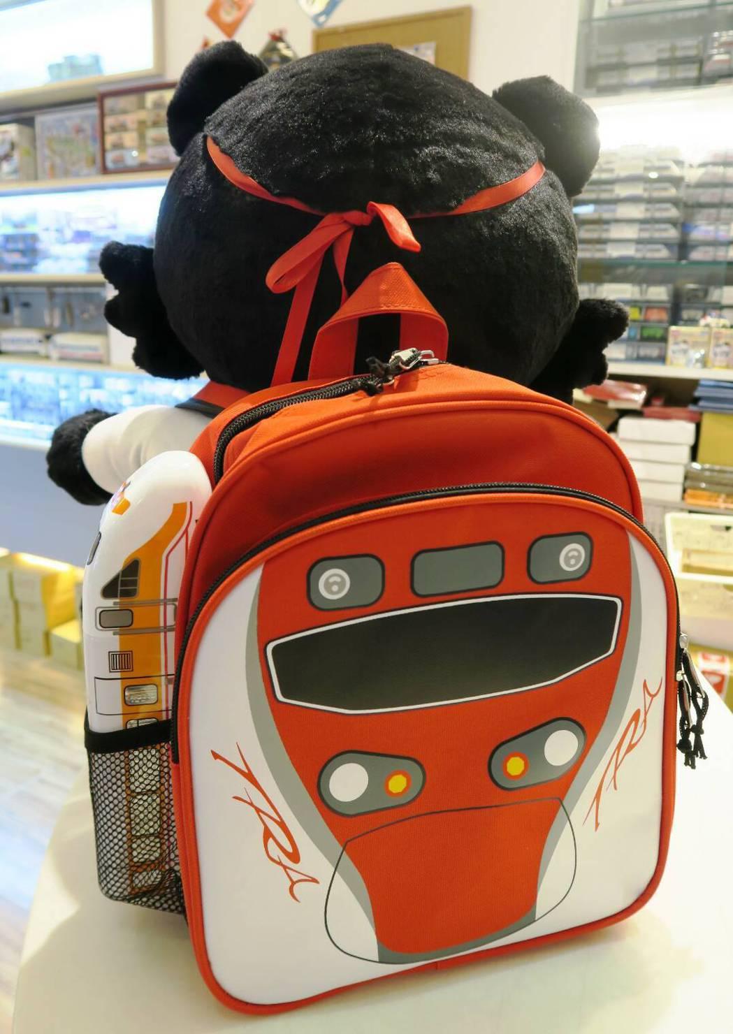 台鐵推普悠瑪兒童後背包,將普悠瑪號車頭設計成酷炫火車機器人,小朋友背起來很可愛。...