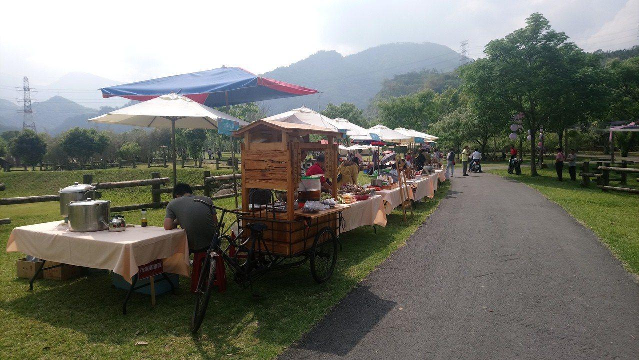 除茶席競賽, 現場還展售社區特產。記者卜敏正/攝影