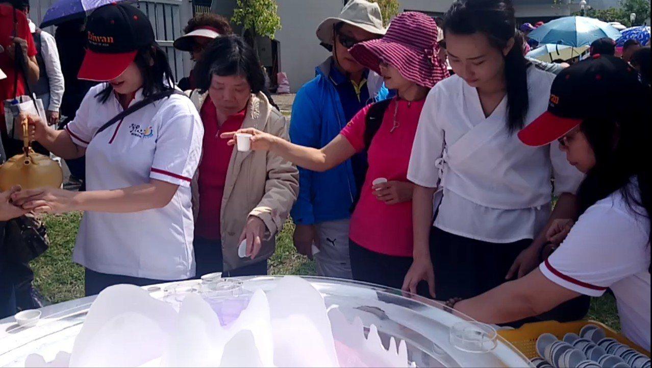 遊客品茗後立即提出建議,並參加茶席競賽投票。記者卜敏正/攝影