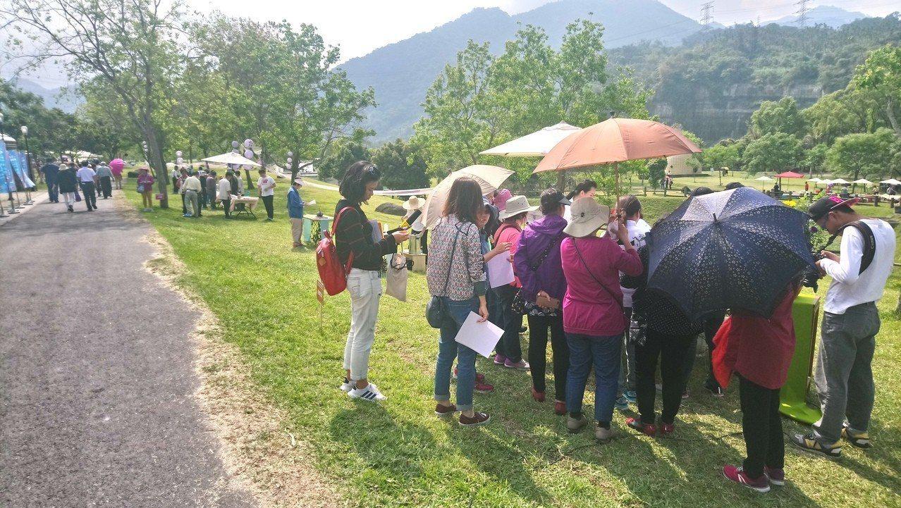 遊客們逐一走訪各茶席品茗。記者卜敏正/攝影