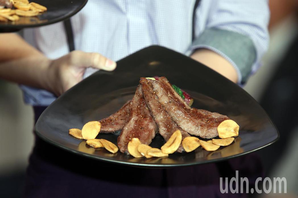 王品慶祝25周年,上午聯合18品牌舉辦「美好食光•經典再現新菜發布會」,展示旗下...