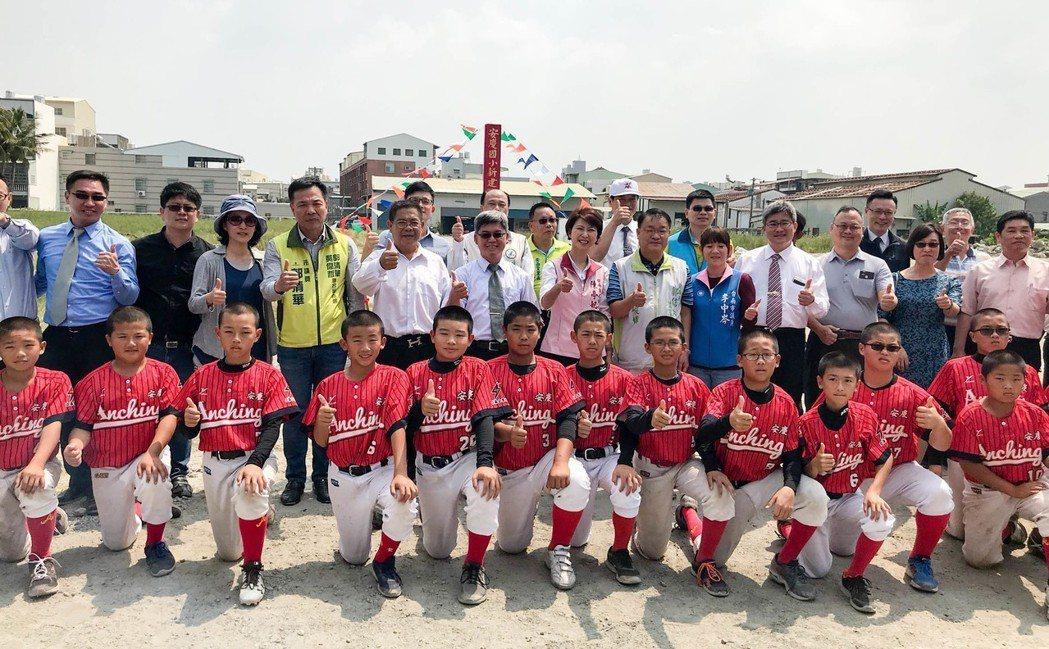 台南市安南區安慶國小棒球場今天動土。記者鄭維真/攝影