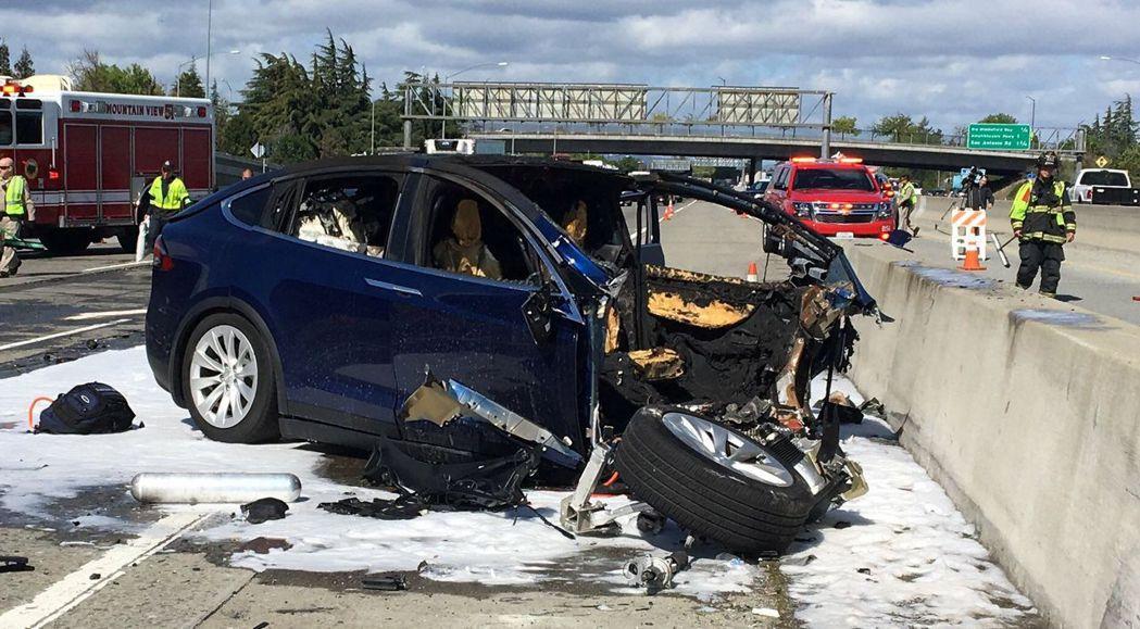 華裔工程師黃偉所駕的Model X上周發生車禍,車體嚴重毀損。路透