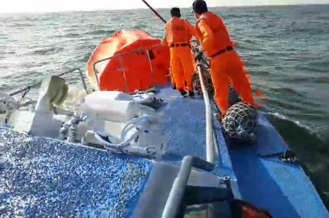 金門海巡隊人員今早冒著惡劣海象,派員前往救援,但船上已無船員。圖/金門海巡隊提供