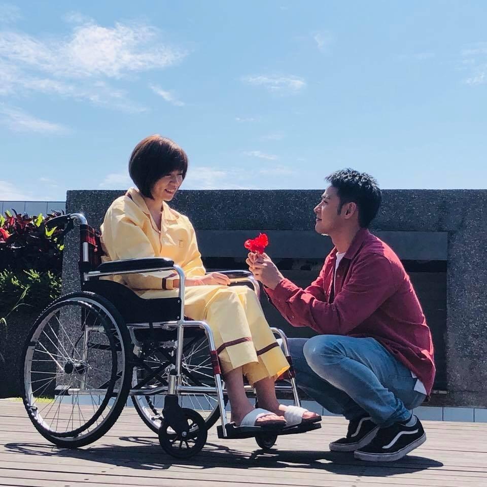 王瞳因練舞受傷,戲裡也坐輪椅和潘柏希演出對手戲。圖/民視提供