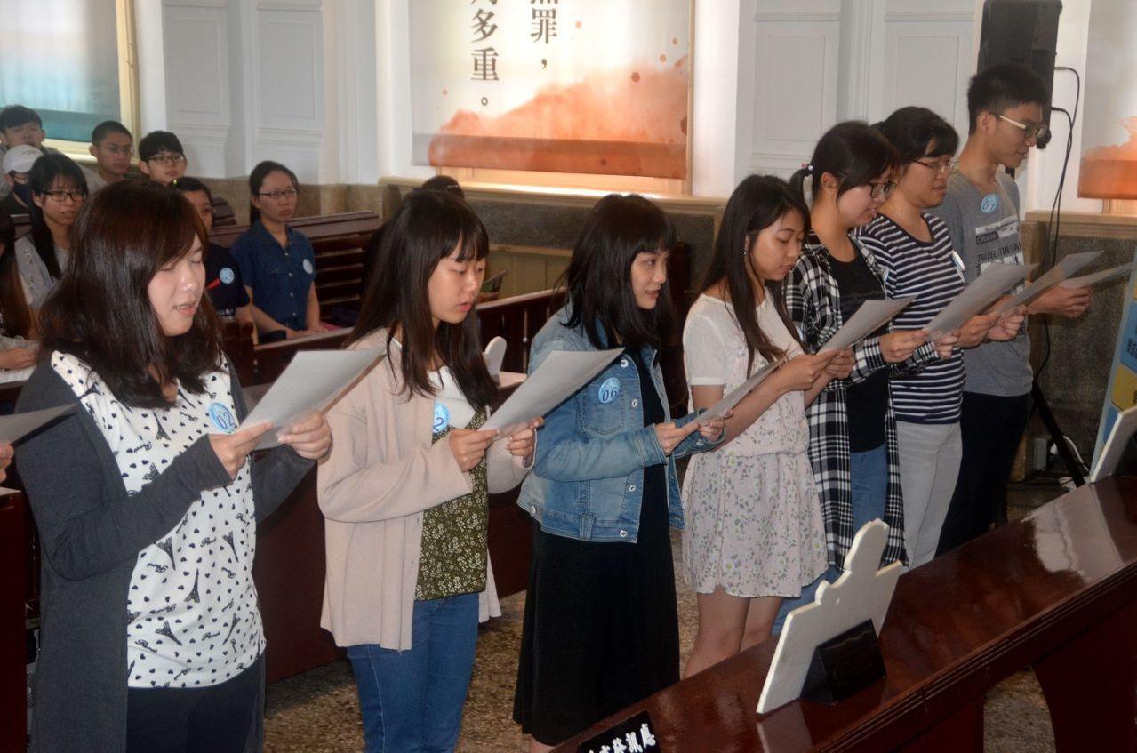 成大法律系學生模擬選任國民法官宣誓儀式。記者邵心杰/攝影