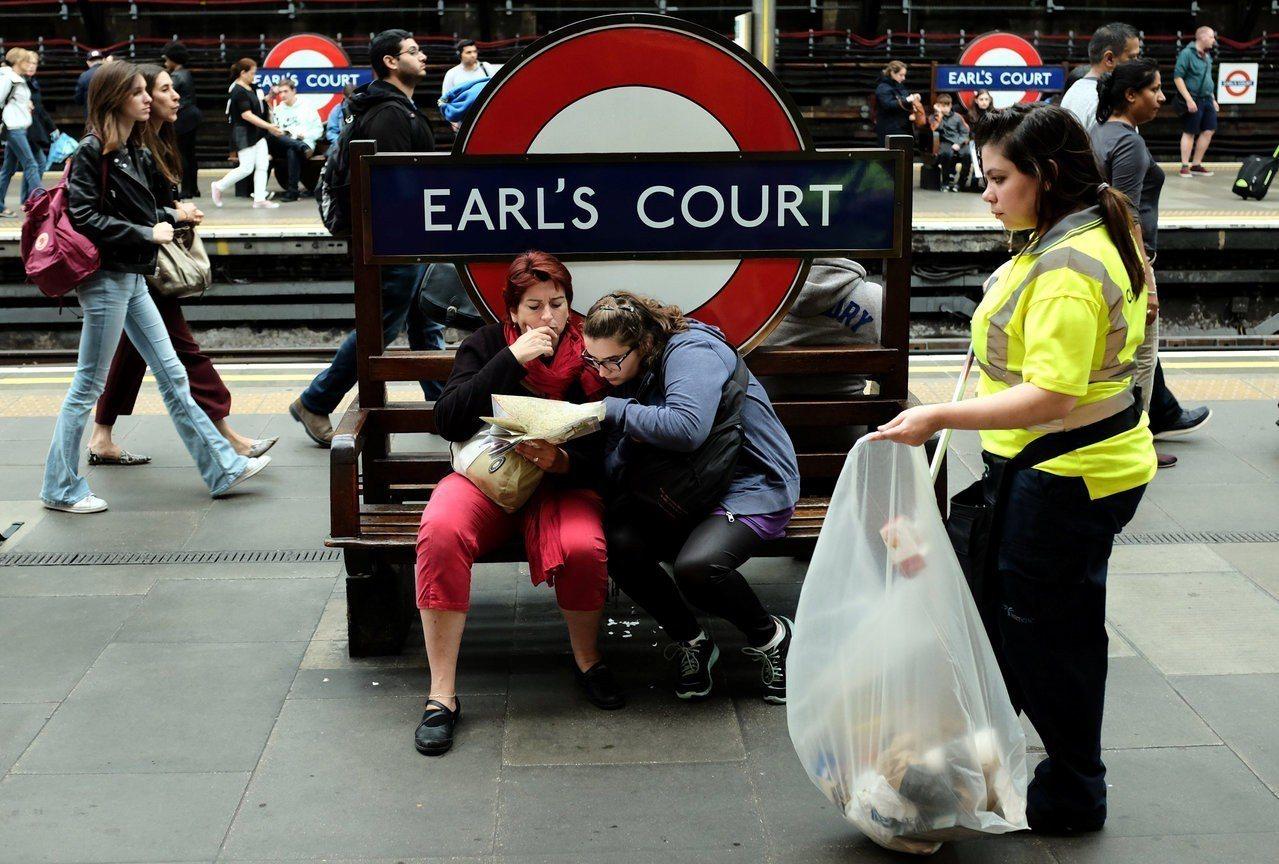 英國智庫報告定義,低薪族群為薪資低於法定時薪8.55英鎊(約台幣357元)3分之...