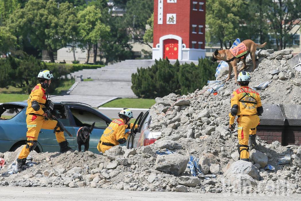 台北市政府下午針對地震及火山爆發災害,在國防大學復興崗校區進行災害防救演習,搜救...