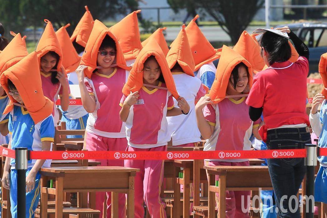 台北市政府下午針對地震及火山爆發災害,在國防大學復興崗校區進行災害防救演習,小朋...