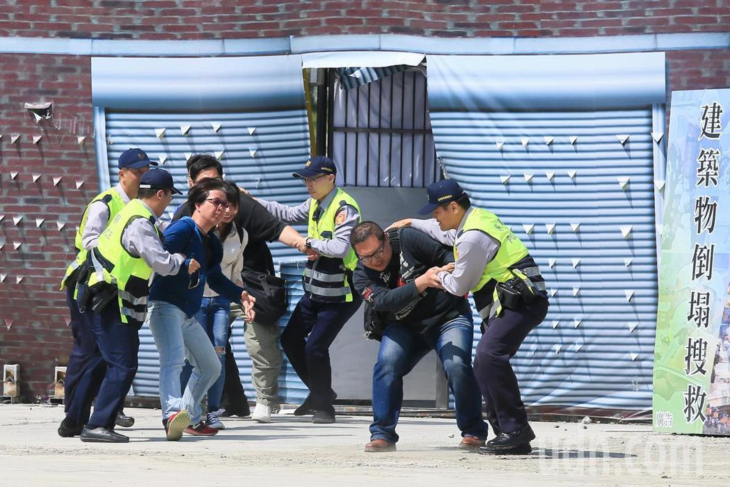 台北市政府下午針對地震及火山爆發災害,在國防大學復興崗校區進行災害防救演習,警方...