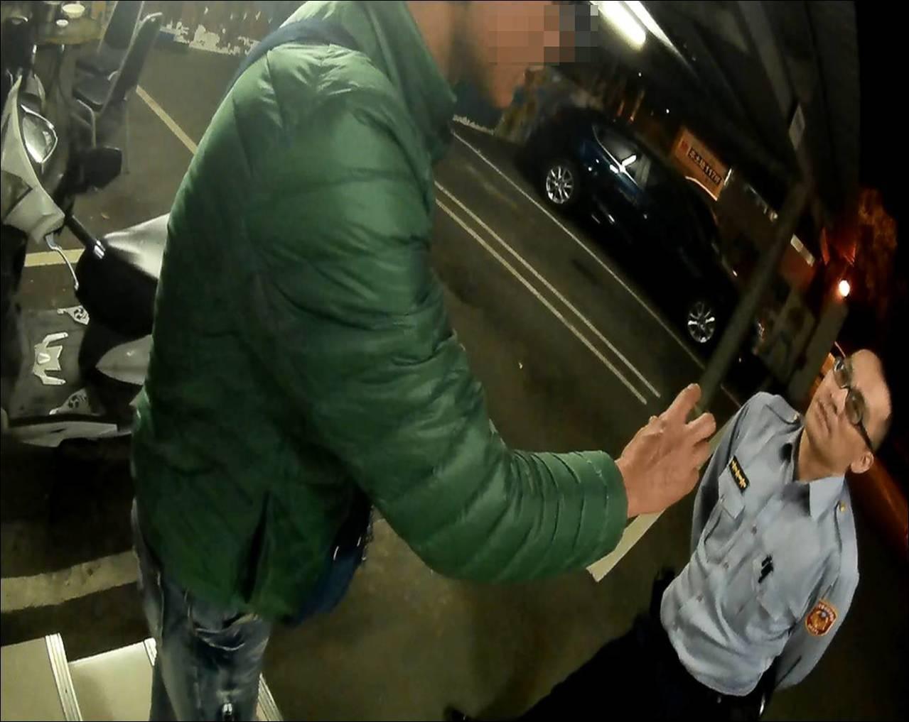 桃園市大園區一名葉姓男子,指控同事伍男搶走女友,於是下班後尾隨、逼車伍男,一路還...