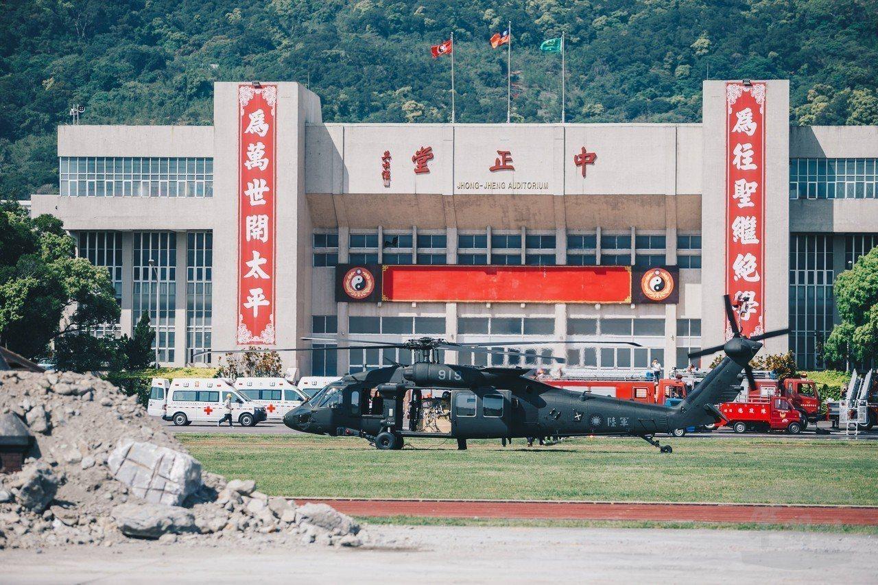黑鷹直升機降落復興崗的操場運補物資,前方是臨時堆出的「模擬災區」。圖/軍聞社