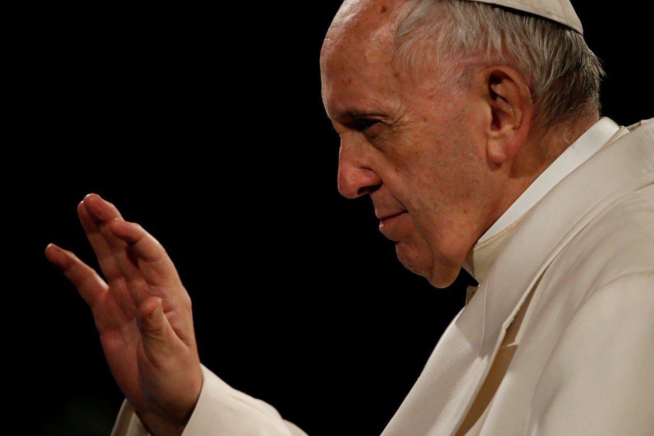 天主教教宗方濟各30日在義大利羅馬競技場、向參加耶穌受難節拜苦路(Via Cru...