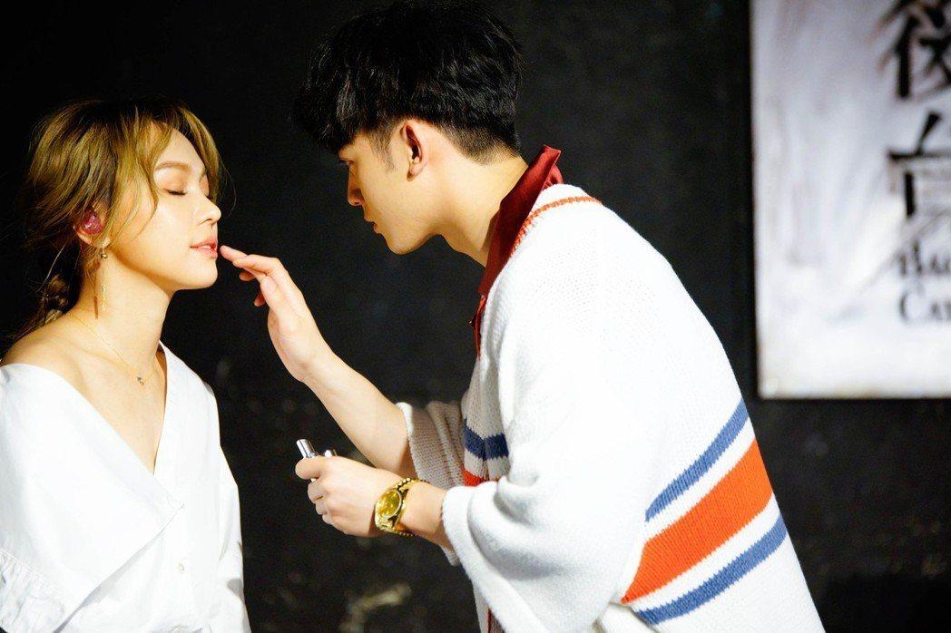 吳思賢(右)為林采欣音樂會宣傳站台,還幫她化妝。圖/易星傳媒提供