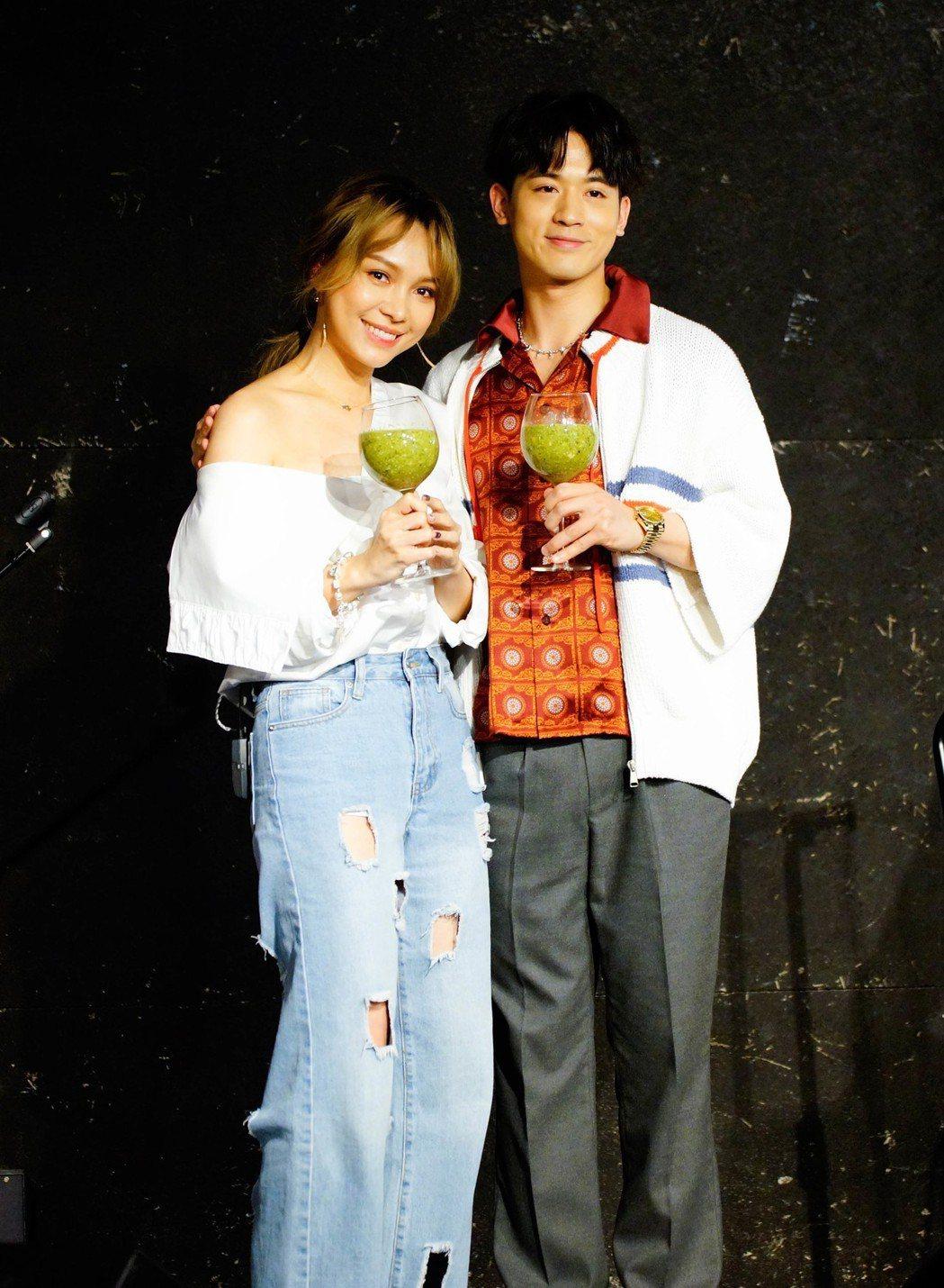 吳思賢(右)為林采欣音樂會宣傳站台。圖/易星傳媒提供