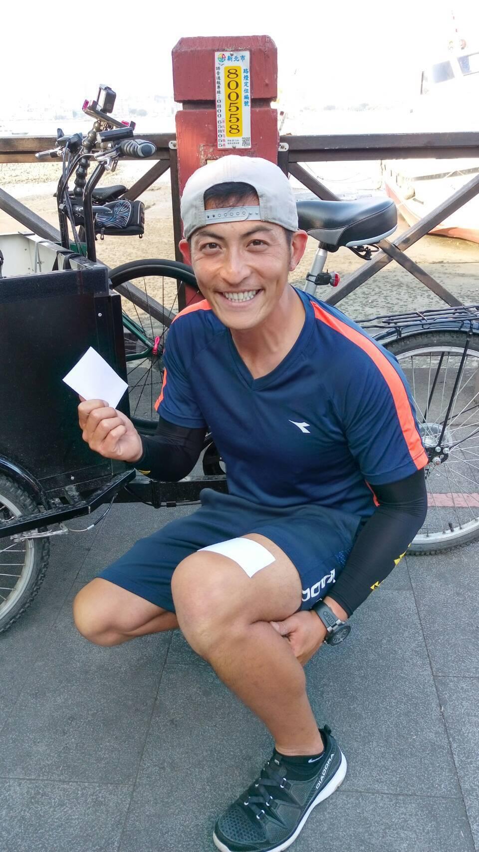 趙駿亞結束30天單騎環島,經紀公司送酸痛貼布。圖/海納百川提供