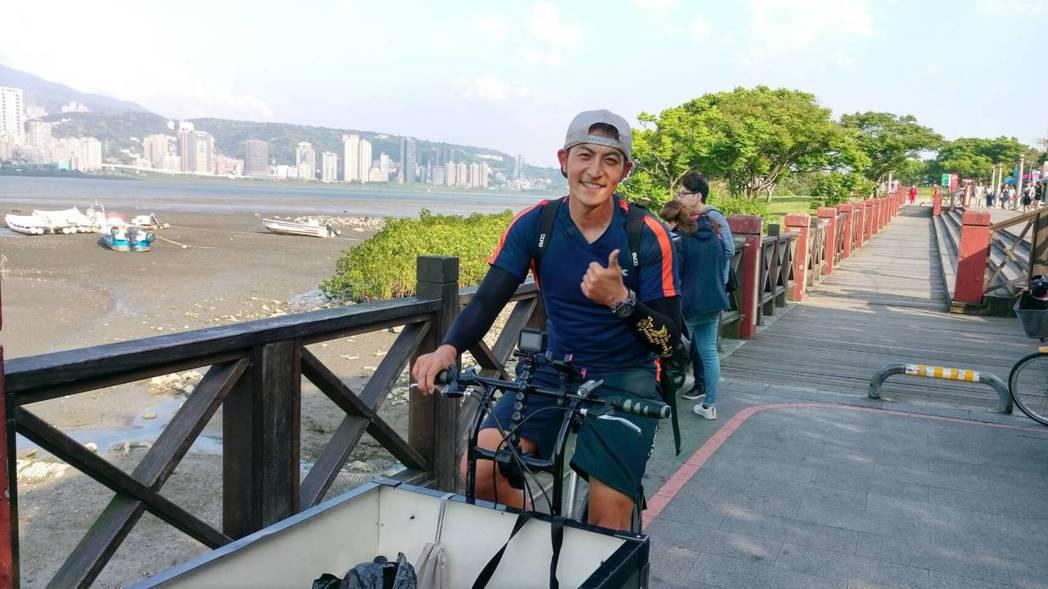 趙駿亞結束30天單騎環島,開心回到終點站八里渡船頭。圖/海納百川提供