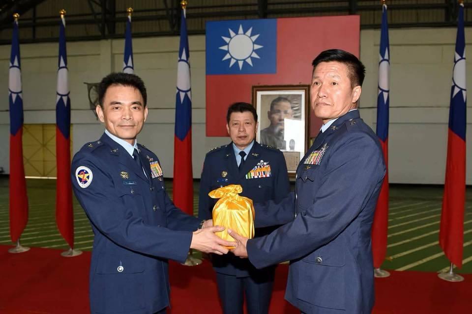 柳惠千(左)將印信交給鄧恩憐,中為司令張哲平。圖/引自空軍司令部臉書網站