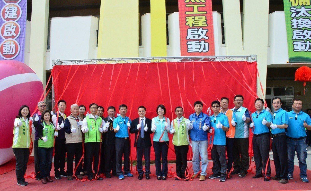 彰化市大竹國小今天慶祝100周年校慶,並為8000多萬元興建的信義樓舉行落成啟用...