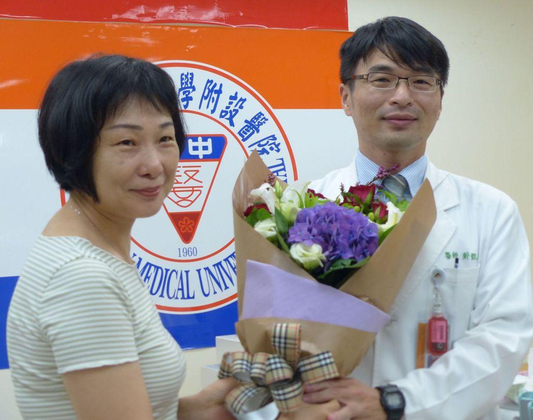 醫師鄭凱倫(右)說明,向姓女教授(左)術後恢復良好。記者趙容萱/攝影