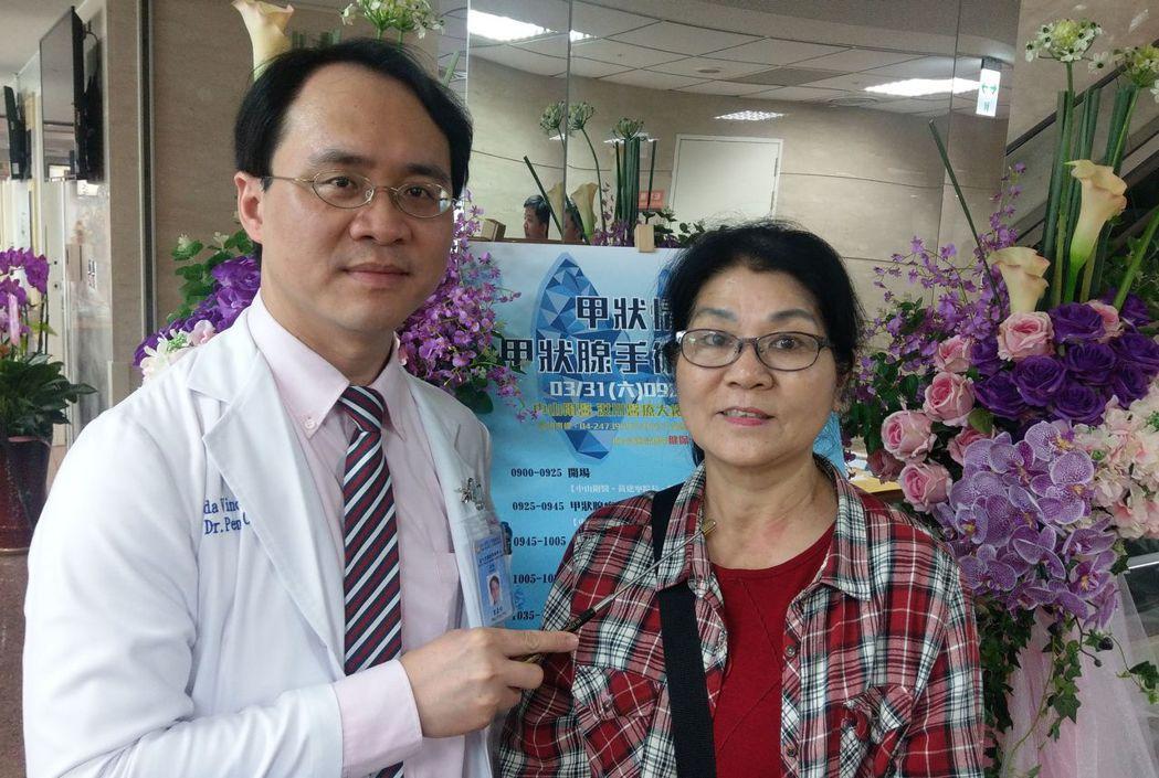 醫師彭正明(左)說明,邱姓婦人(右)經接受經口手術拿掉左側甲狀腺,脖子沒有留下疤...