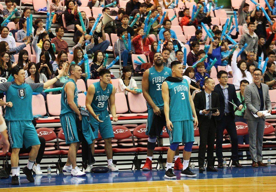 富邦與達欣在季後賽首輪各取得1勝。圖/中華籃球協會提供