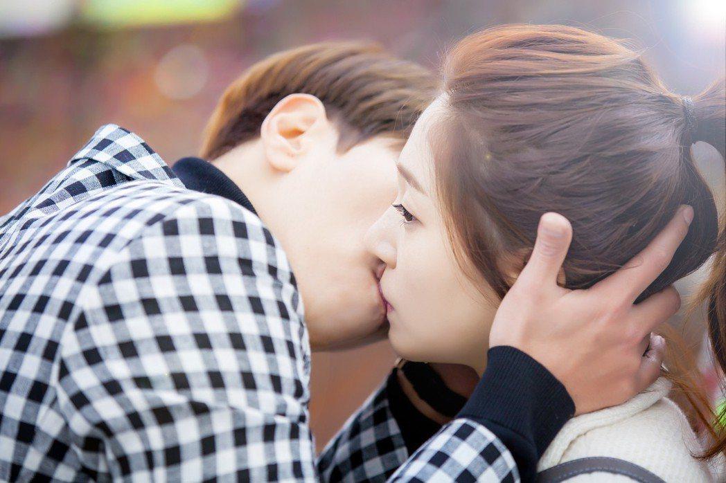 尹賢旻在戲中霸氣擁吻白珍熙。圖/中天提供