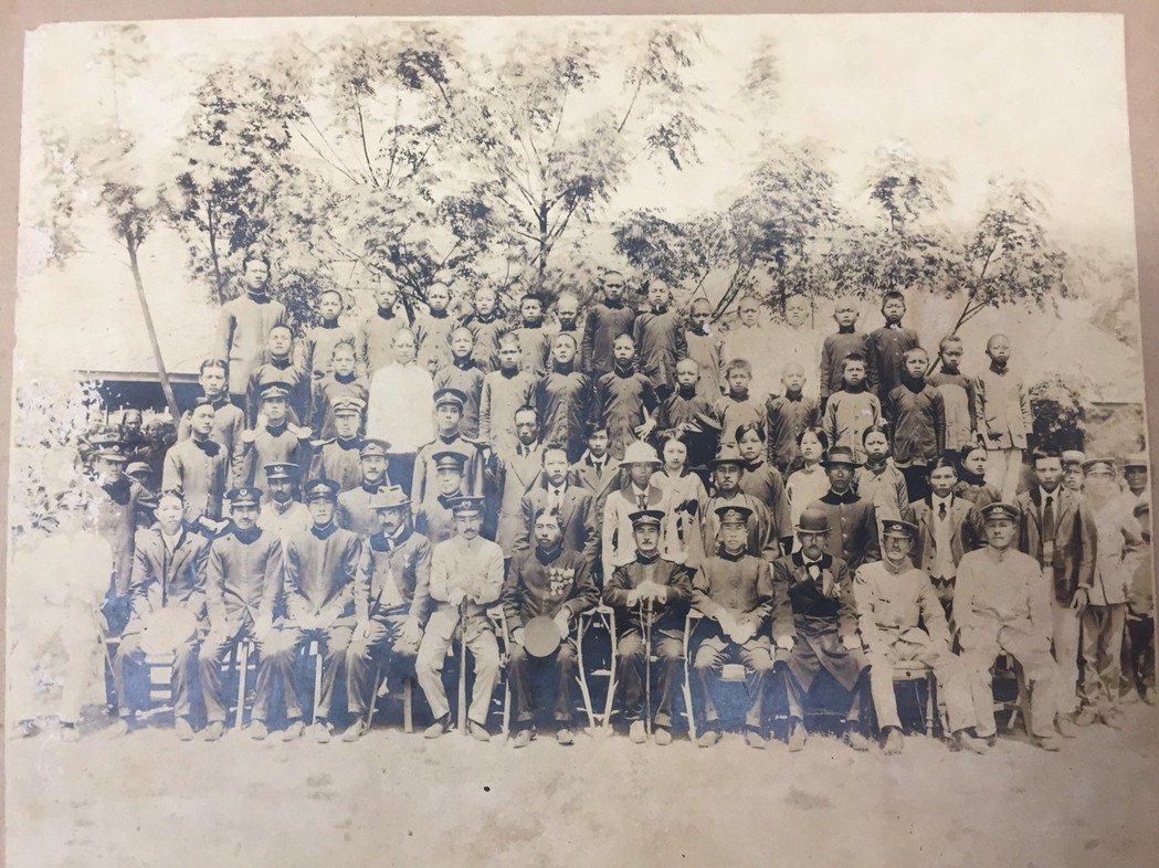 台南市善化區茄拔國小保存有百年歷史的畢業照。記者吳政修/翻攝