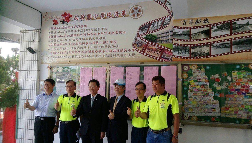 前海巡署長王進旺(左二)獲選為茄拔國小傑出校友。圖/茄拔國小提供