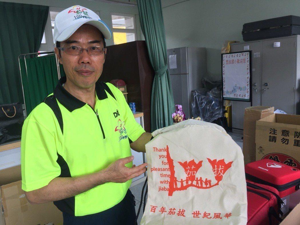 茄拔國小校長陳俊吉表示,茄拔在西拉雅語是「吉貝耍」意思為木棉樹,茄拔國小100周...
