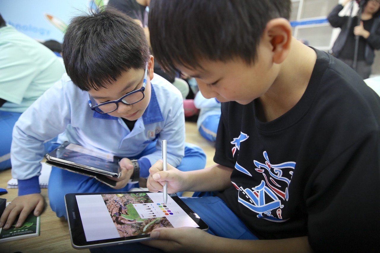 台灣三星於基隆仁愛國小打造智慧教室,小朋友透過平板學習青蛙生態教育。圖/三星提供