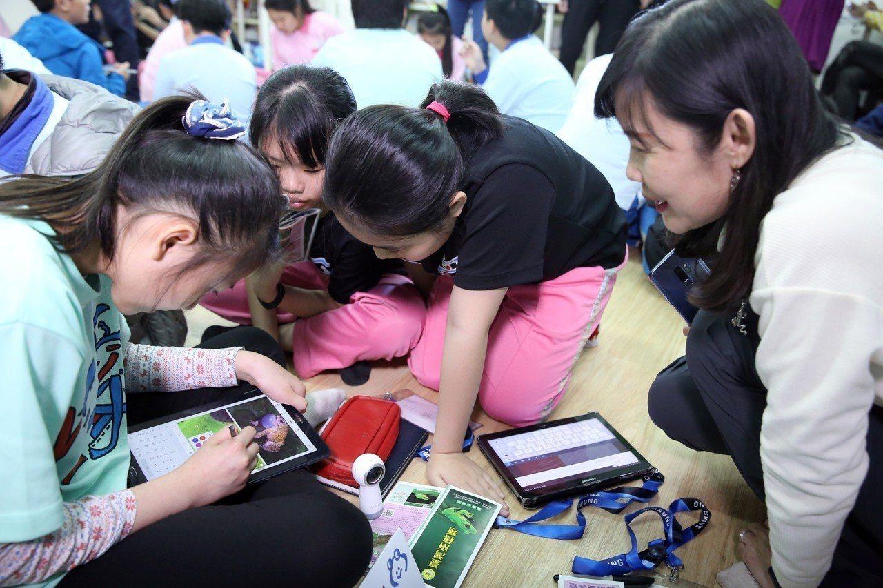 台灣三星於基隆仁愛國小打造智慧教室,小朋友透過平板創作專屬的蛙類圖鑑。圖/三星提...