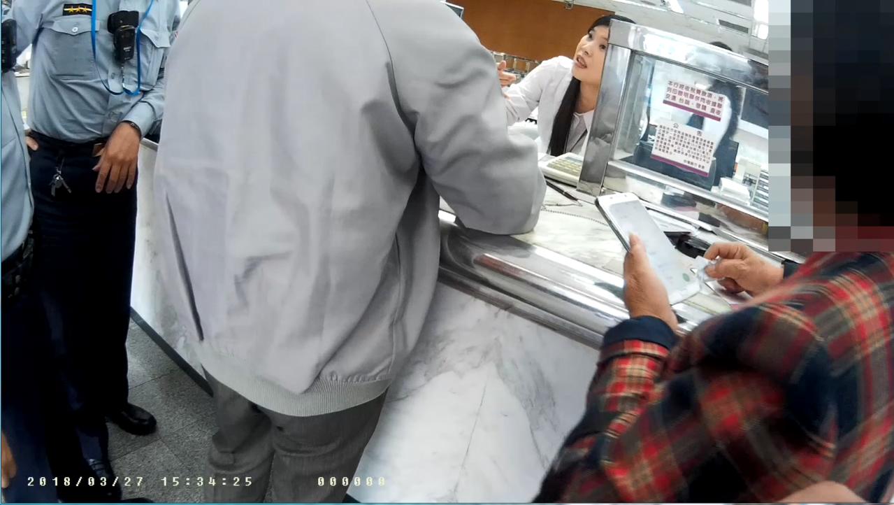 澎湖老夫妻遭詐騙,幸好台銀行員機警要老夫妻再度確認是否是親戚借錢。記者蕭雅娟/翻...