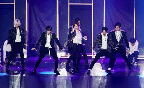 韓團Super Junior(SJ)暌違多時,今以年度巡演「Super Show7」重回台北小巨蛋。7名成員穿著閃亮黑色西裝,呼應開場主打歌「Black Suit」。他們沒忘掉之前學的中文,東海大喊...