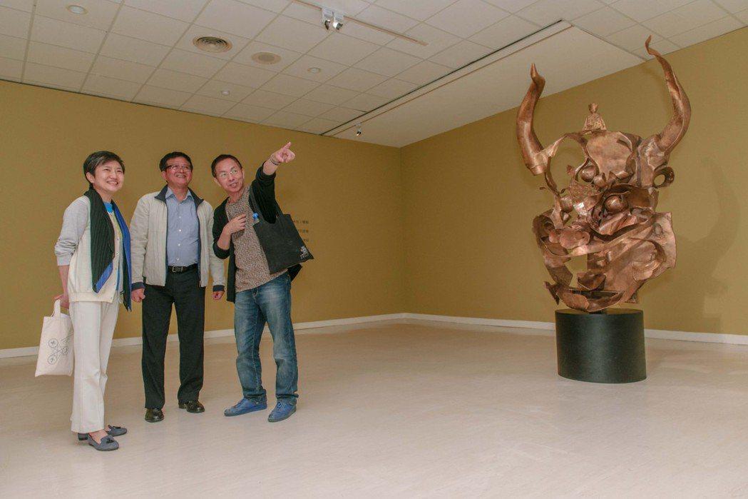 高美館長李玉玲、雕塑家李光裕和策展人曾堯生(左至右),以「空間」、「詩」、「人」...