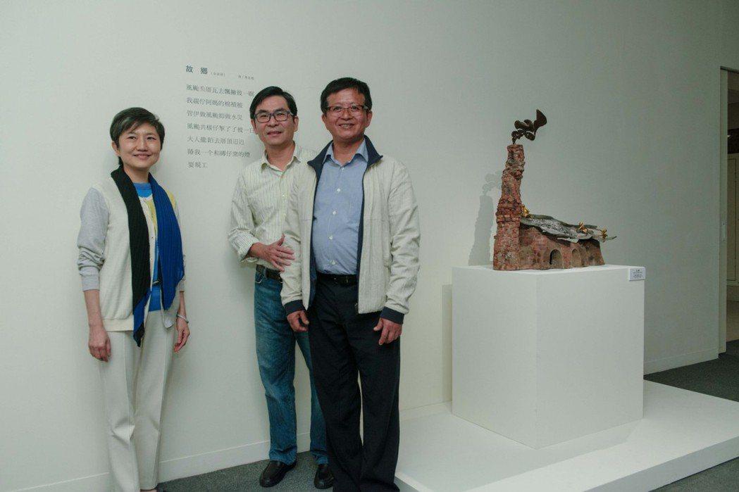 詩人李友煌(中)為李光裕(右)的作品寫台語詩,更豐富了作品樣貌。記者徐如宜/攝影