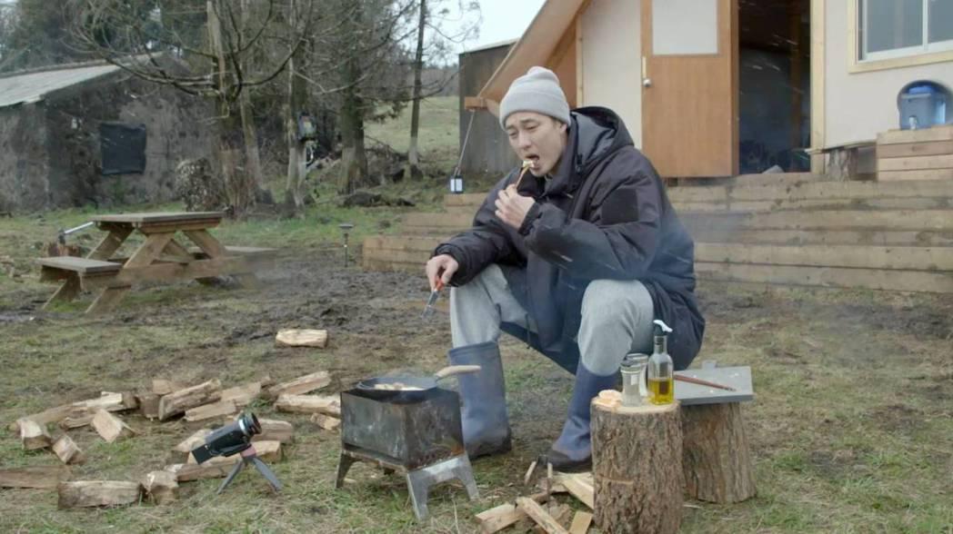 蘇志燮表示,自己很喜歡濟州島美景,所以錄製時感到很享受,可以在大自然的小屋中舒適...