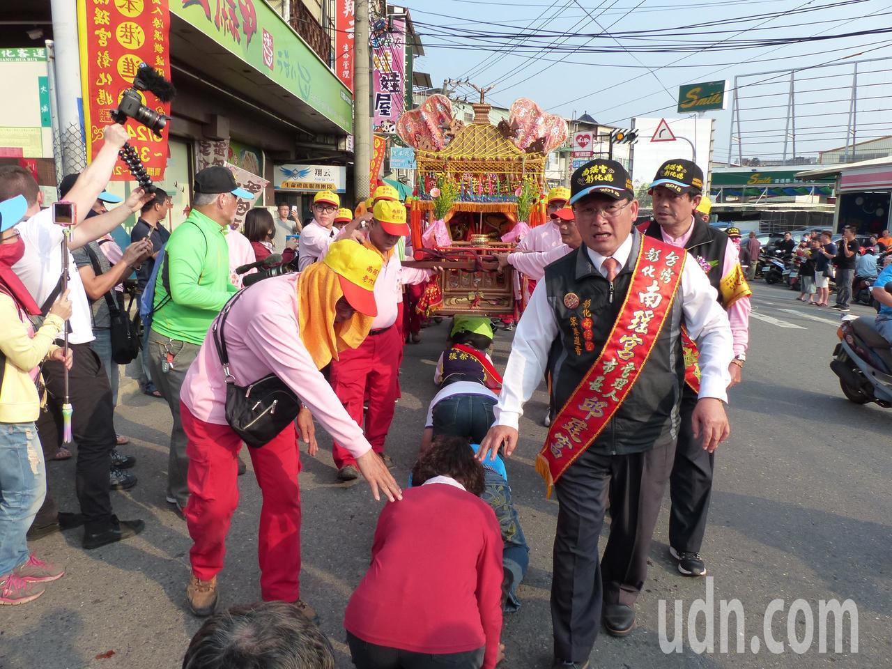 彰化南瑤宮媽祖回鑾,今天傍晚返抵彰化市,沿途信眾爭相鑽轎下。記者劉明岩/攝影