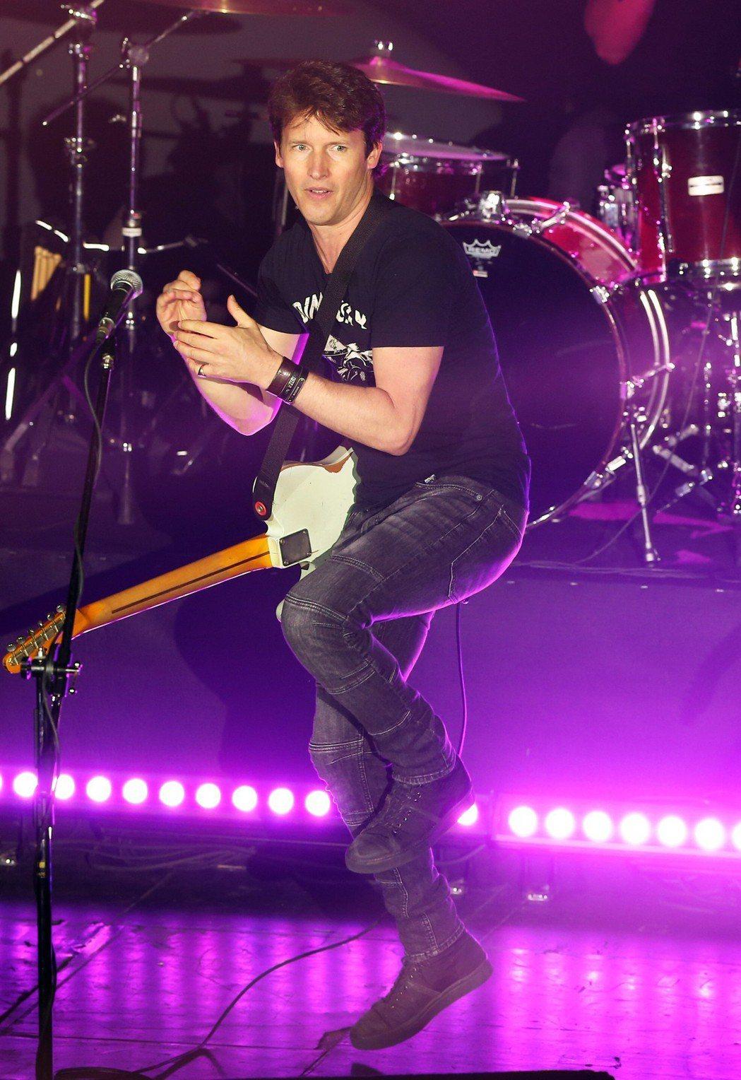 以一首「You're Beautiful」紅遍全球的英國歌手詹姆仕布朗特在台北A...