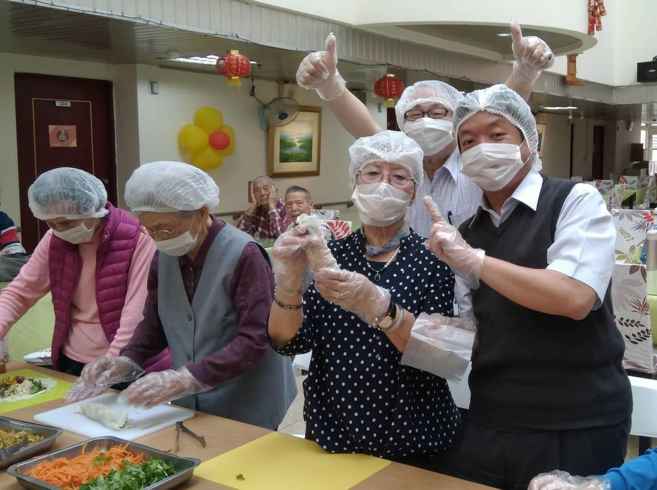台北市陽明老人公寓實施青銀共居計畫,入住的大學生今日滿月,社會局舉辦記者會和學生...