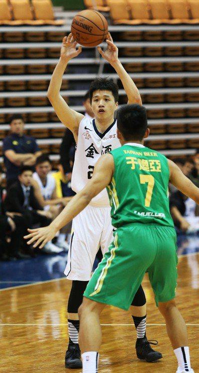 陳靖寰(左)繳本季得分新高。圖/中華籃球協會提供