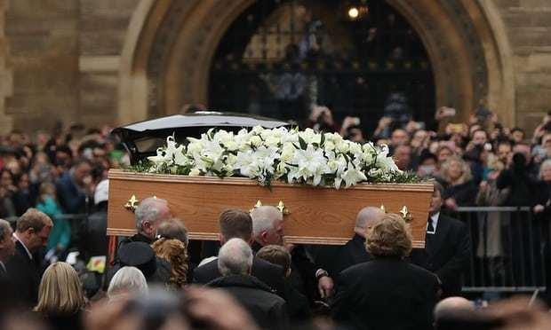 大批民眾夾道觀看送葬隊伍步入大聖瑪麗教堂。圖/翻攝自網路