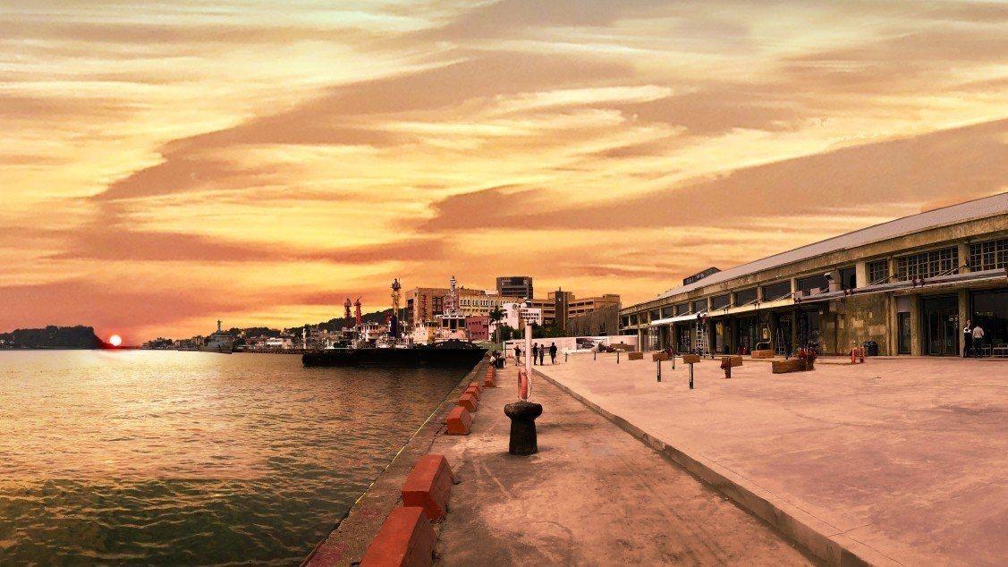 黃昏時目前高雄港「棧貳庫」的海空景觀。圖/高雄港區土地開發公司提供